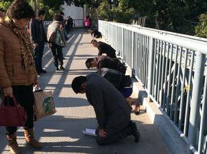 ...桥上跪着几个人,每个人前面放着一张纸,上面写着自己的名字、日...