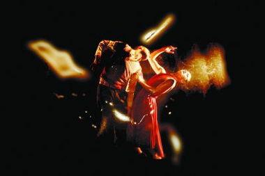《迷失》的创作队伍壁虎团队将形体、舞蹈和飘浮道具运用得恰到好处...