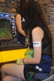 黑丝网袜妹台前玩游戏 叉腿翘臀很销魂