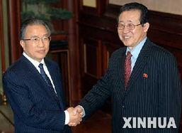 这是戴秉国与朝鲜代表团团长金桂冠握手.-戴秉国宴请六方会谈各方...
