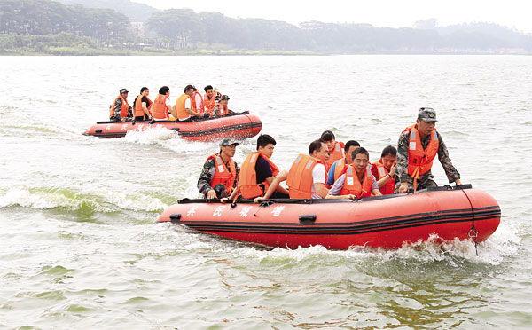 橡皮艇模拟救援受洪水围困群众.-挂绿湖畔响起庄严军歌