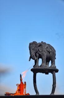 商路雄途-金顶华藏寺依山势而建,中轴线上由低到高分布着三重殿堂.弥勒殿、...