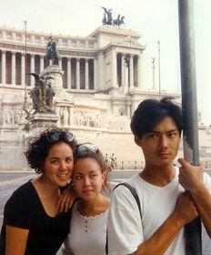 ...亚州学会了照顾妹妹和母亲,成长为一个阳光、天然甚至带些傻气的...