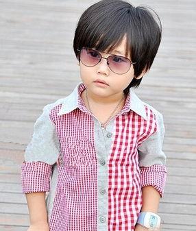 修剪的很有小帅哥形象的齐刘海短发发型,搭配酷酷的墨镜和休闲的...