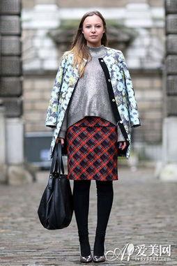 印花大衣+黑色丝袜+银色高跟鞋,宽松的毛衣要搭配铅笔裙,廓形才会...