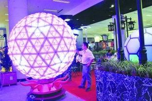 劫灯-直径达2米的水晶球灯有望在青奥会足球场上亮相.昨天,首届中国(...