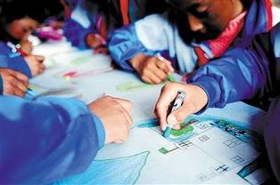 藏族小学生在完成深圳小老师布置的作业,画出自己心中家园的样子....