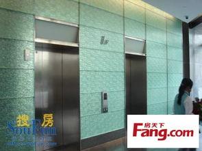 除此之外,临近楼梯间的货梯1、2... 但在中国的写字楼里总是播放英语...