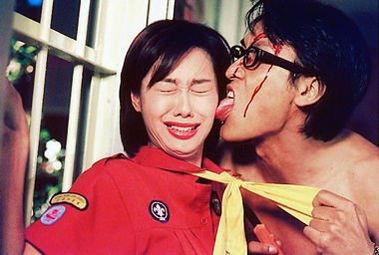 当年朱茵拍《强奸2之制服诱惑》,被扮变态佬的马德钟舔脸.她说满...