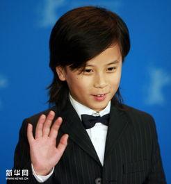 ...孤儿》的小主角王瀚在柏林电影节上出席新闻发布会时接受记者拍照...