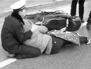 ...京受伤女子站不起来 警察跪地半小时搀扶