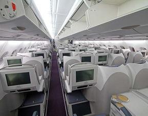 座位间距太窄乘客闹事,美国航班8天3次备降