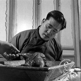 北京白填鸭,在宰杀去内脏后,在腔内支上高粱杆,并吹鼓,风干挂成 ...