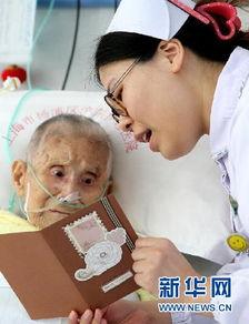 五月丁香啪啪给-5月11日,医务人员将92岁的俞三妹老人的心愿写在卡片上后读给她听...