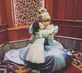 奥莉迪士尼乐园庆生 气球下翩翩起舞萌萌哒