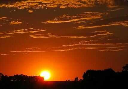 天空的颜色 我喜欢多彩的天空,喜欢日出时的迷人晨景,但是我更喜欢...