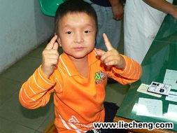 沙志军虽有18岁的年龄,但身高相... 体重相当于8岁的正常男孩.他五...