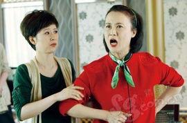 任我发神偷特围-涂着红嘴唇,戴着绿发箍,穿着红毛衣,围着绿围巾,瞪着一双左顾右...