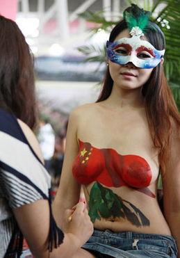 房地产商的美女人体彩绘不是真正爱国情怀
