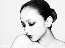 ...乐讯 日本歌姬安室奈美惠全新专辑《FEEL》封面写真曝光.黑白...