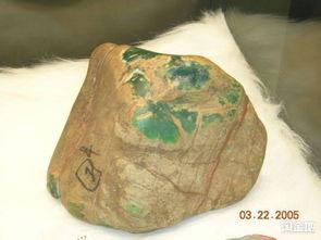 黄沙皮表面人工摩擦的平行划痕4... 天然黄沙皮赌石是经过流水搬运和...