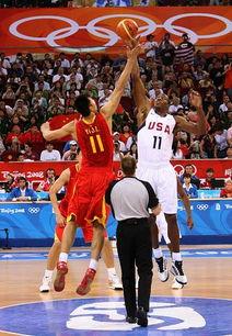 8月10日,中国男篮球员姚明与美国男篮球员德怀特·霍华德在比赛开...