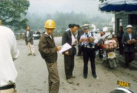 谭东同志到建筑工地走访,向外来务工人员宣传交通法规.-老百姓的...