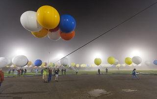 ...一位乘气球飞越英吉利海峡与阿尔卑斯山的人.( :   : ) -男子挑...