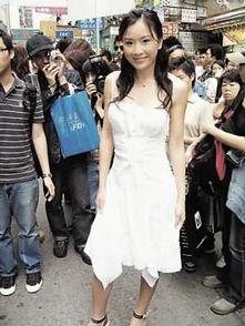 ...装,在旺角闹市大派纪念品为亚视新剧《香港奇案实录》宣传.(明...