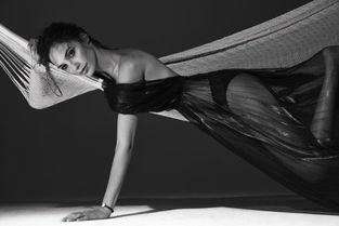 ...拍性感写真 穿黑丝睡吊床尽显妖娆身段