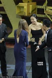 第八届亚洲电影大奖举行 全度妍穿抹胸长裙剪彩