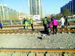 阳区国美第一城小区西侧京包铁路沿线有多处护栏损坏,路人经常横穿...