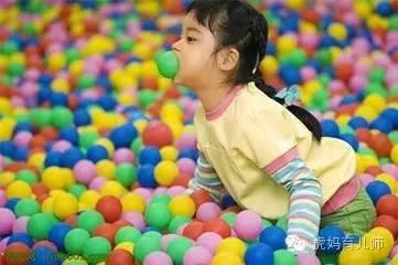 的孩子在某儿童乐园游玩.宝宝在池子内不小心摔了一跤后,眉骨竟被...