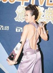 ...扮得最性感的女歌手,非同样穿上紫色战衣的莫文蔚-阿Sa独自上台...