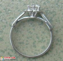 现在上个闷骚的铂金戒指   正面很普通吧,还俗气地克了个forever   ...