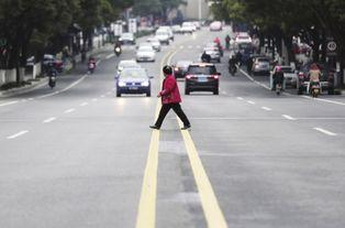 ...嘴路一八旬老人横穿马路被保时捷撞上不治身亡