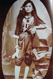 皇太后少女时代的西式装束-揭秘泰国皇太后的传奇一生