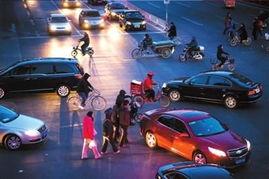 北京交警 在路口另一侧处罚最先闯红灯者