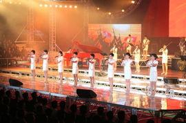 图片来自朝鲜《劳动新闻》 -金正恩携李雪主观看牡丹峰乐团演出