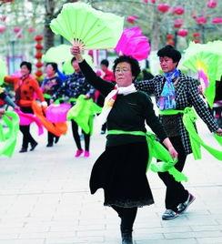 67岁的王爱华大妈,和姐妹们在雄县人民政府广场跳秧歌舞.-雄安新...