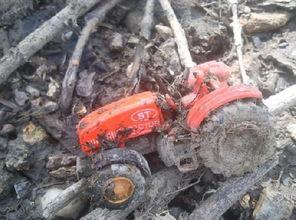 紫枯鱼人-图中为男子找到的玩具拖拉机,由于这个池塘是位于居民区的附近,...