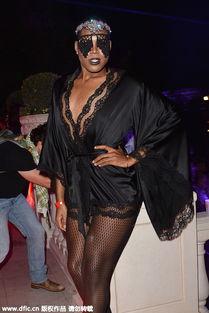 ...薄纱睡衣,高透黑丝裹腿,一双细长、黝黑、滑溜溜的腿隐约可见,...