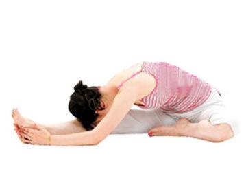 2、往右侧弯下腰腹,两手扶着右脚下压上身,从背部开始充分拉伸右...