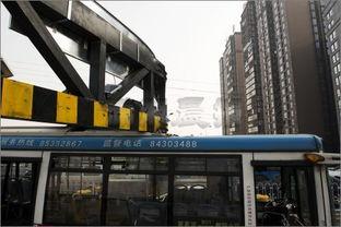...往南方向,一辆801路公交车撞上了新设置的限高门,事故造成公交...