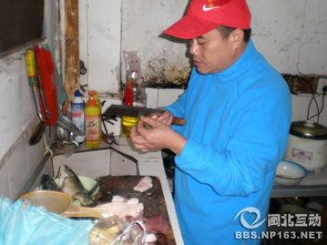 自愿被屠宰吃肉的许明梯-我们陪薛泰宁老人吃志愿者们做的午餐有鱼有肉有水饺 完整版