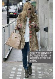 髦味道的大衣,丝袜、高跟鞋加复古风情的手提包