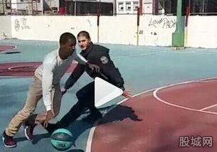 美国黑人帅哥打篮球-美国黑人学生打篮球赢白人警察被捕 被虐成狗遭...