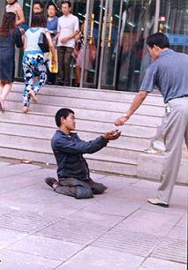吉吉成人色情网-小乞丐在大人的指使下向路人行乞( ) -暗访包头小丐帮 小乞丐被药物...
