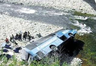 秘鲁南部大巴坠河 截至目前造成至少40人死亡14人受伤