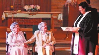 ...美国90岁同性恋老人相恋72年终结婚 图文
